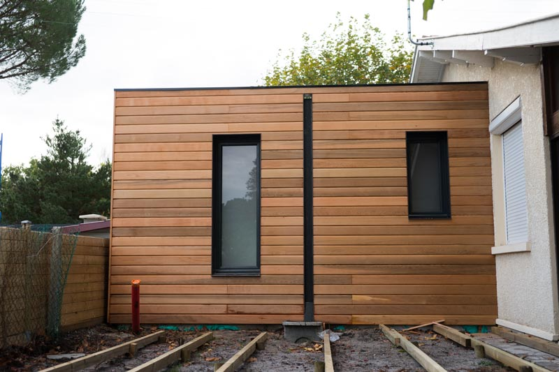 Extension de maison design en bois toit plat sur mesure for Exemple agrandissement maison