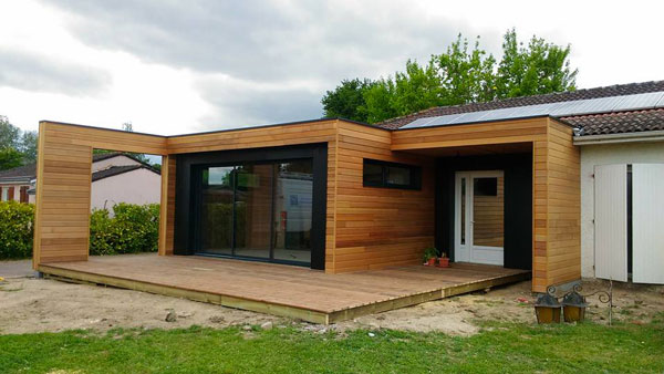 Extension de maison design en bois toit plat sur mesure for Agrandissement pavillon